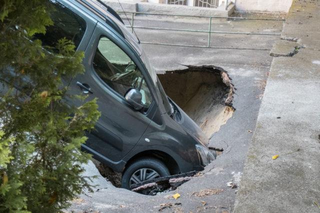 Центр Киева провалился под землю: разрушения попали на видео, «это только начало»