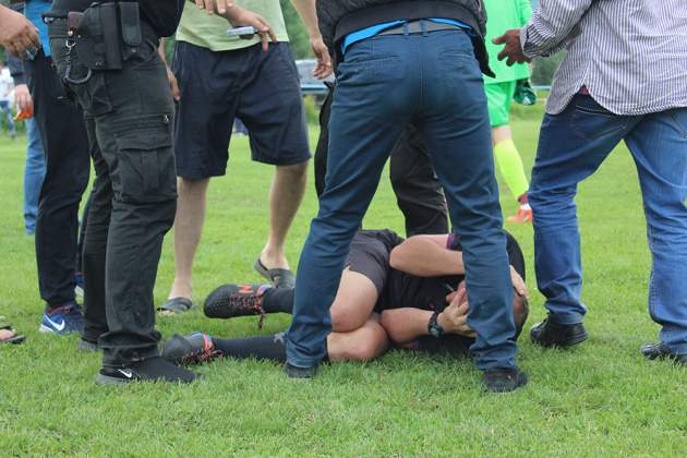 Закарпатские болельщики жестоко избили судью матча