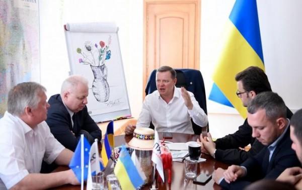 Зеленский увеличил зарплаты чиновникам своего офиса