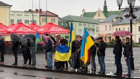 В Львовской области на коленях простились с погибшим на Донбассе бойцом. ФОТО