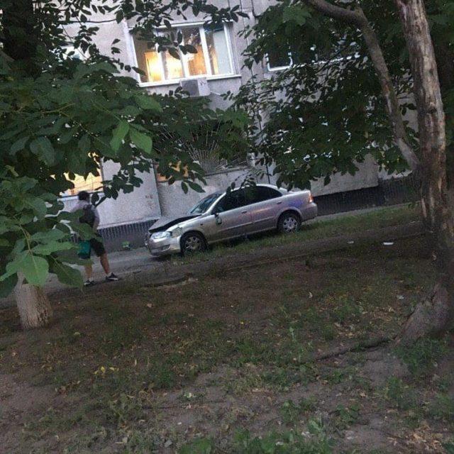 В Харькове девушка на авто снесла палатку «Слуги народа» вместе с людьми и врезалась в дом: кадры с места ДТП