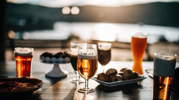 Закуски до пива зі всього світу: від баварських ковбасок до десертів