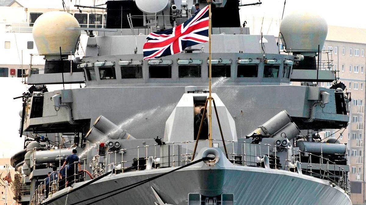 Корабль британских ВМС встретил в Ла-Манше российский патрульный корвет