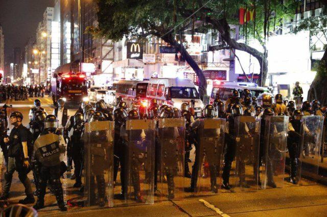 Митинги разгорелись с новой силой, полиция штурмует метро, в ход пошло оружие: кадры бойни