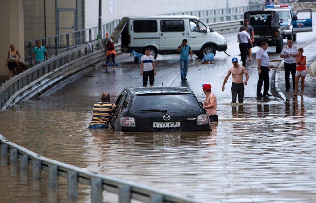 Ноу-хау российского туризма: в Сочи предлагают купаться в уличной грязи. ВИДЕО