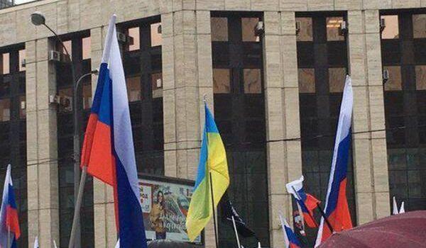 «Вы ох**ли! Я горжусь Майданом» В Москве на митинг вышли с украинским флагом