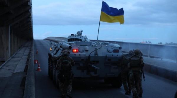 БТР под украинским флагом против человека с украинским флагом на авто