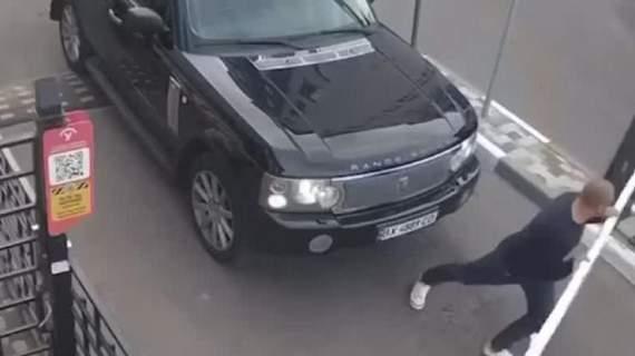 В Киеве водитель сломал руками шлагбаум
