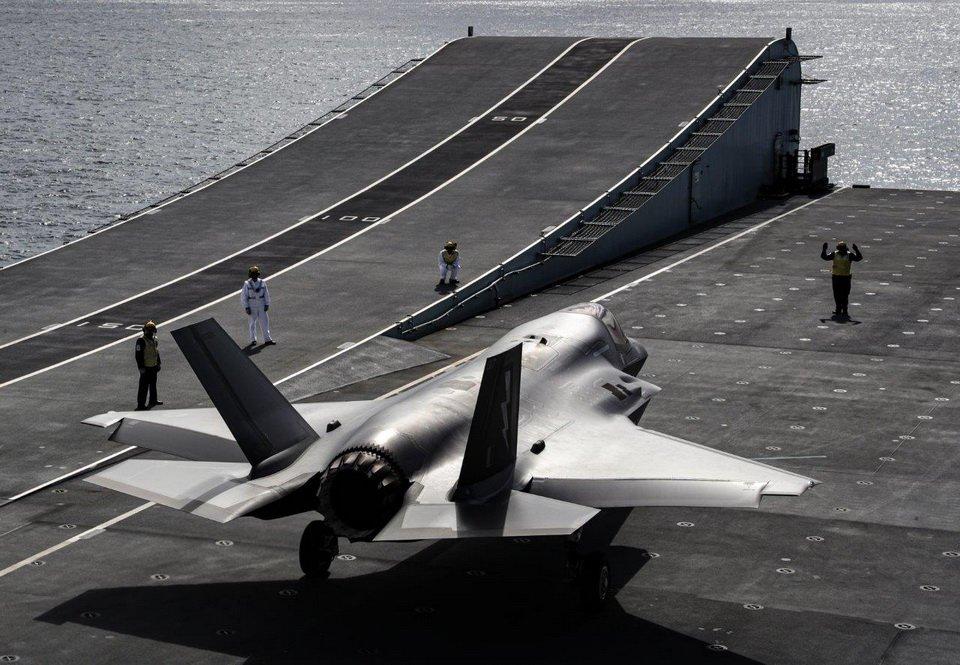 Британские F-35B впервые сели на авианосец HMS Queen Elizabeth: эффектные фото и видео
