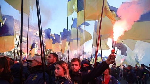 Майдан в огне, люди идут на Банковую: многотысячный марш набирает обороты в Киеве