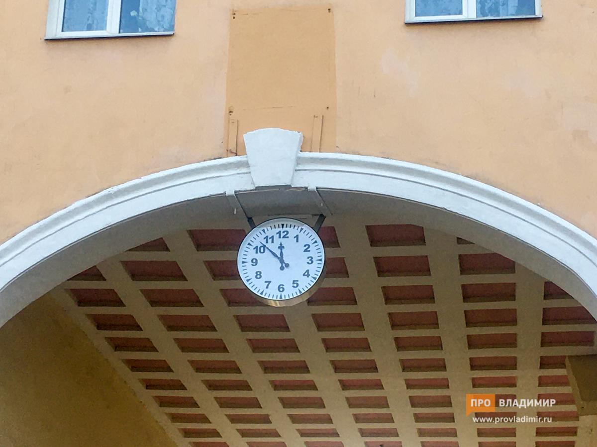 В РФ чиновники с помпой презентовали обычные уличные часы. ФОТО+ВИДЕО