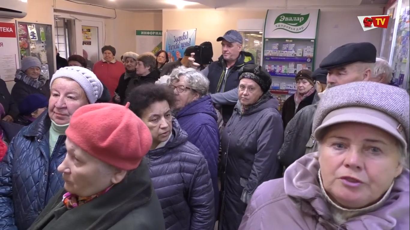 Вставание с колен: в РФ пенсионеры сутками стоят в очереди в аптеку. ВИДЕО