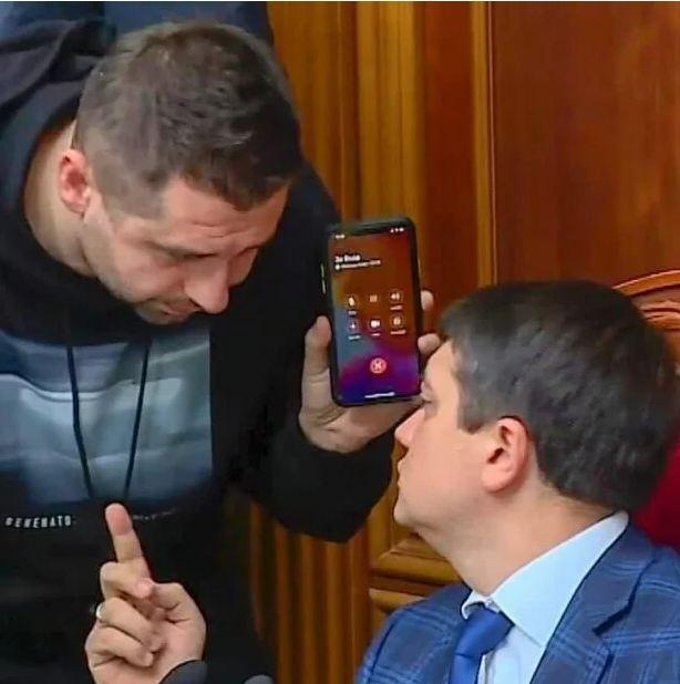Арахамия признался, как подписан в телефоне президент Зеленский