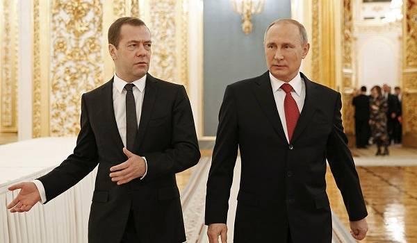 «Два карлика на табуреточках»: Медведев и Путин попали в громкий конфуз на камеры