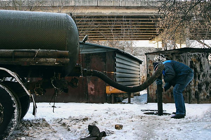 В России оригинально спасли горящее авто — ударили фекалиями из шланга. ВИДЕО