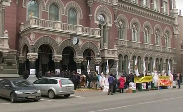 Нацбанк сравнил зарплаты в Украине и Польше