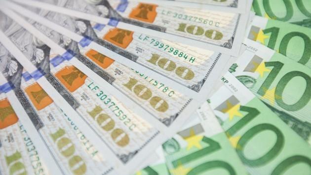 Почему доллар в Украине падает, а евро растет