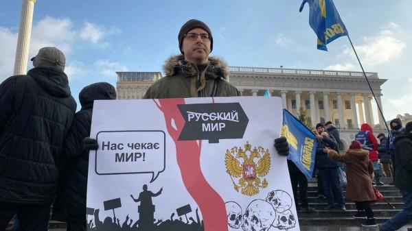 В Киеве на Банковой установили палатки и принесли бочки