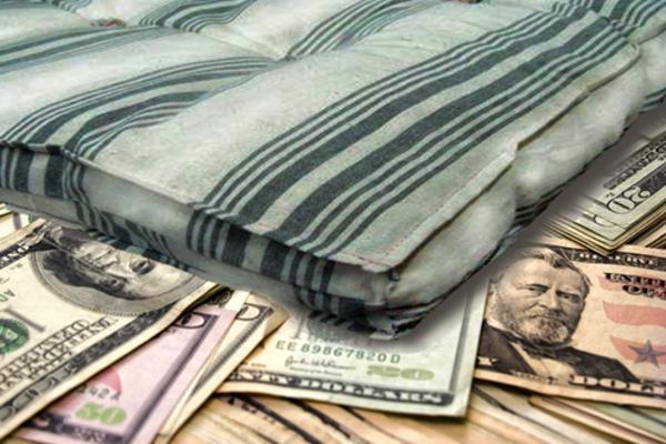 Женщина нашла на одесской свалке кучу денег и отдала в церковь