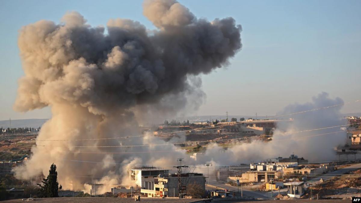 Авиация РФ ударила по жилому кварталу в Идлибе и машине спасателей. ВИДЕО