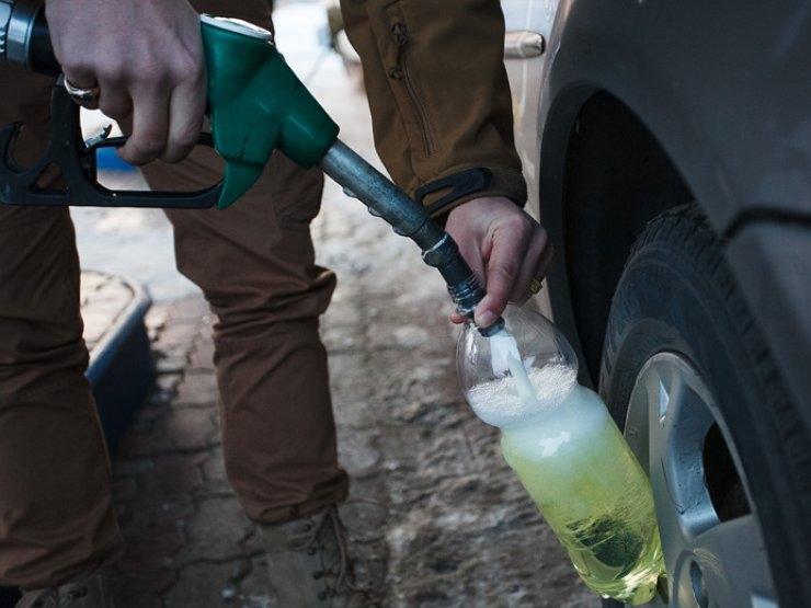АЗС разрешили заливать бензин в пластиковые канистры
