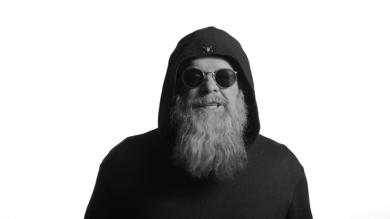 Известный рок-музыкант в новой песне высмеял милитаризацию России. ВИДЕО