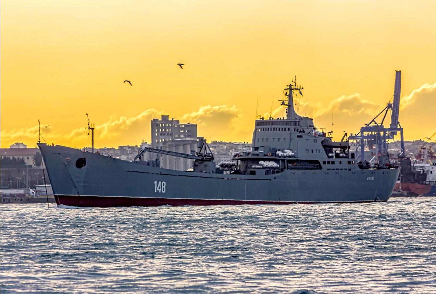 Не доплыл: российский БДК притащили на буксире в Черное море. ФОТО