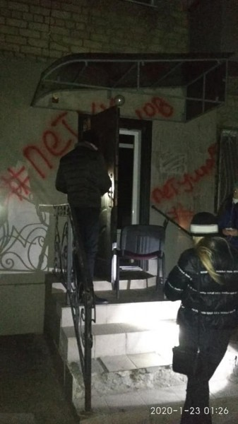 В Херсоне сожгли офис партии Шария в жилом доме