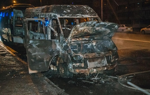 В Киеве на Оболони дотла сожгли маршрутку. Видео