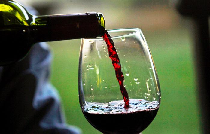 Бокал красного вина приравнивается к 1 часу занятий в тренажёрном зале, гласит новое исследование