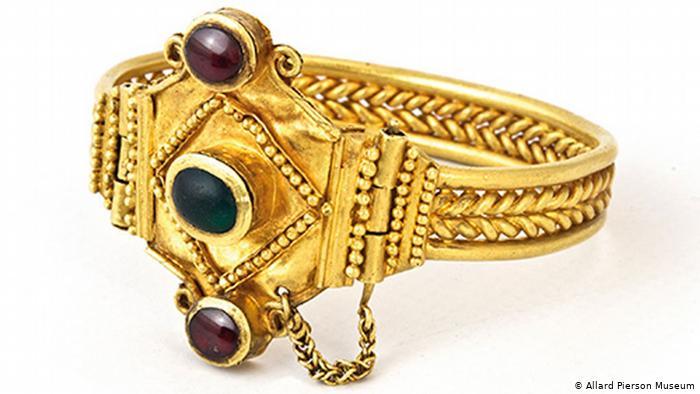Золото дорожчає на тлі загострення ситуації на Близькому Сході