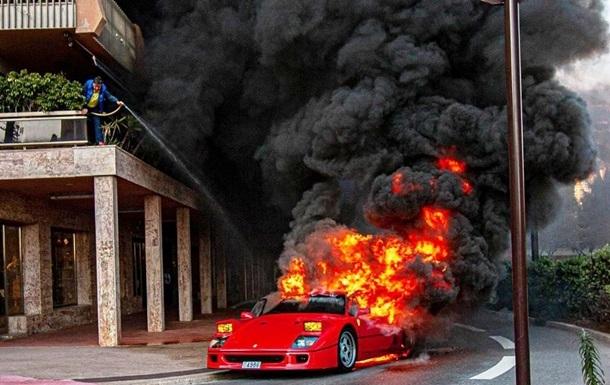 Мужчина пытался потушить горящую Ferrari с балкона. Видео
