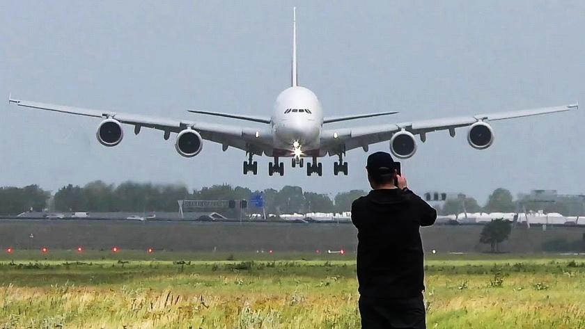 Ошеломительно: вертикальная посадка лайнера с пассажирами из-за урагана. ВИДЕО