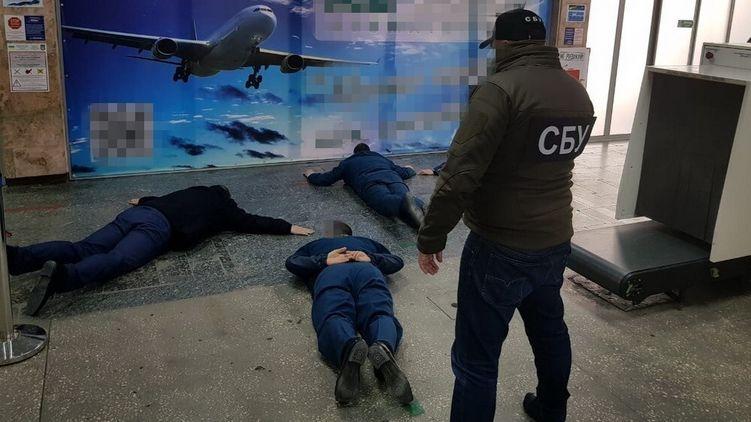 По $4 000 за смену: в Херсоне задержали таможенников-взяточников. Видео