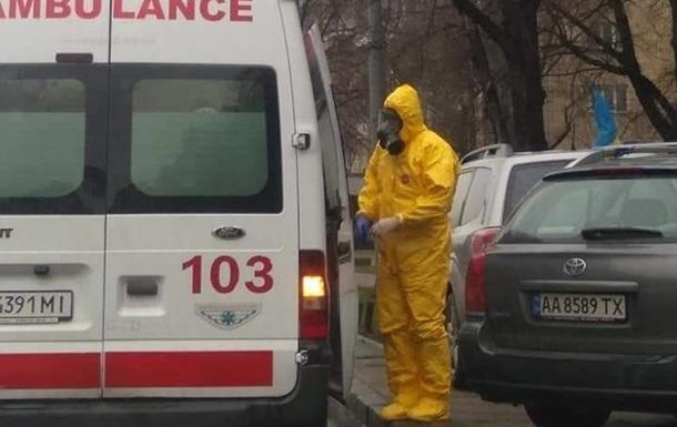 В Киеве заметили медиков в костюмах химзащиты. Фото