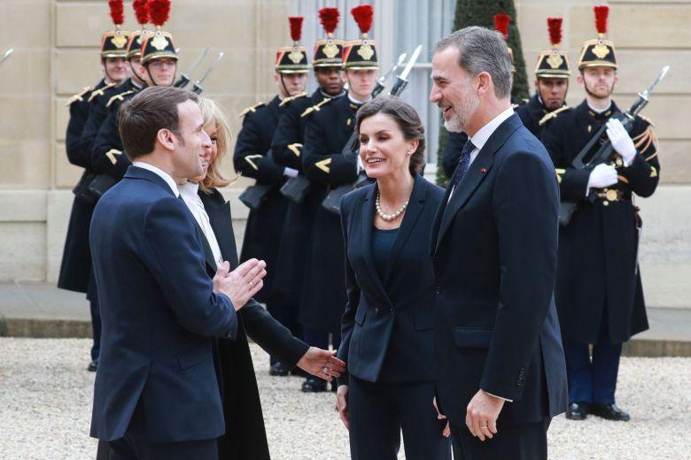 Эпидемия коронавируса: Макрон отказался пожать руку королю Испании. ВИДЕО