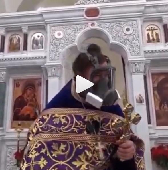 Коронавирус в России: протоиерей РПЦ пришел на проповедь в противогазе