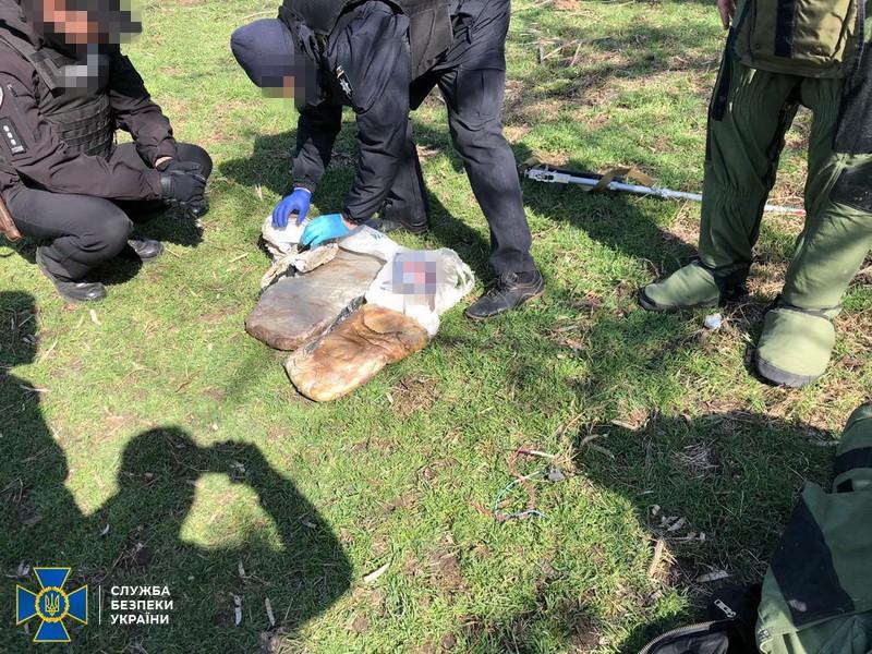 На Донбасі біля житлових будинків знайшли 30 кг потужної вибухівки: подробиці