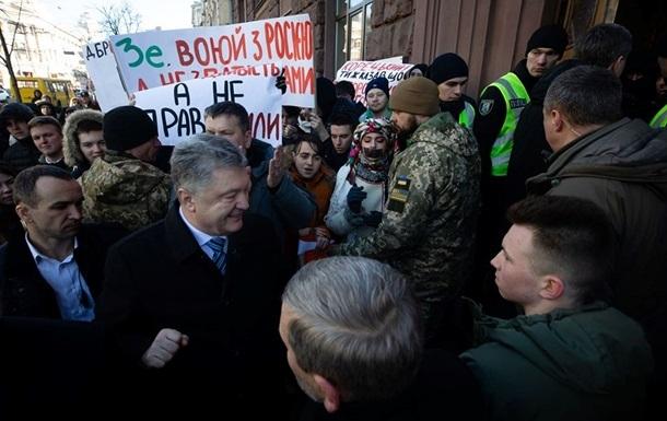 Порошенко после допроса покинул здание ГБР через черный ход
