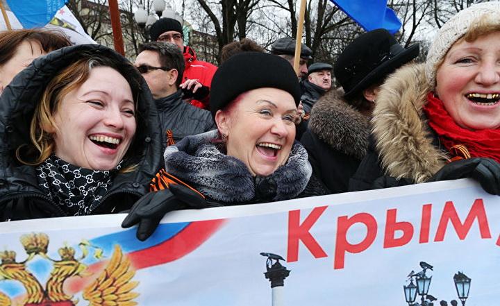Про коронавирус не слыхали: в Севастополе по старинке толпятся в очереди, чтобы оплатить воду. ВИДЕО