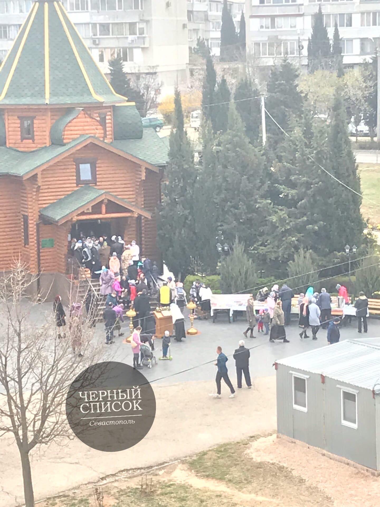 В Севастополе в храме московского патриархата устроили массовое целование мощей. ФОТО