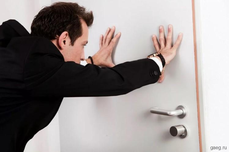 Куда должна открываться входная дверь: вовнутрь или наружу