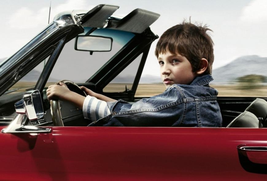 """Школьник на """"Мерседесе"""": в Запорожской области засняли ребенка за рулем"""
