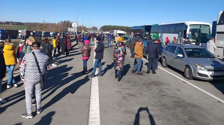 Очереди на границе: некоторые теряют сознание. Видео