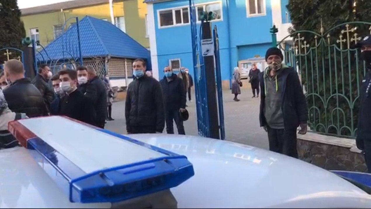 В нарушение карантина московский патриархат провел массовое богослужение. ВИДЕО
