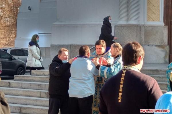 В Житомире священники РПЦ МП причащали прихожан, невзирая на карантин ФОТО