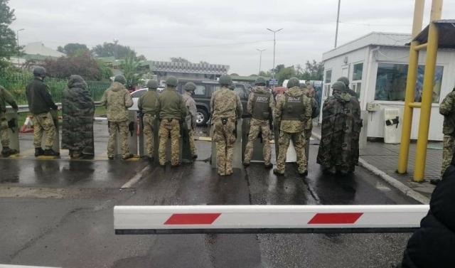 На КПП Закарпатья подрались пограничники и заробитчане: власть стягивает силовиков