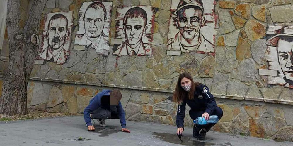 У Могилів-Подільському діти розписали матюками Алею Слави