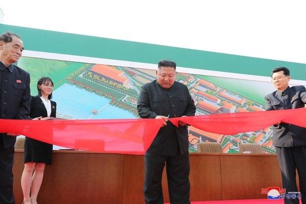 """Ким Чен Ын """"воскрес"""": лидер Северной Кореи появился на публике"""