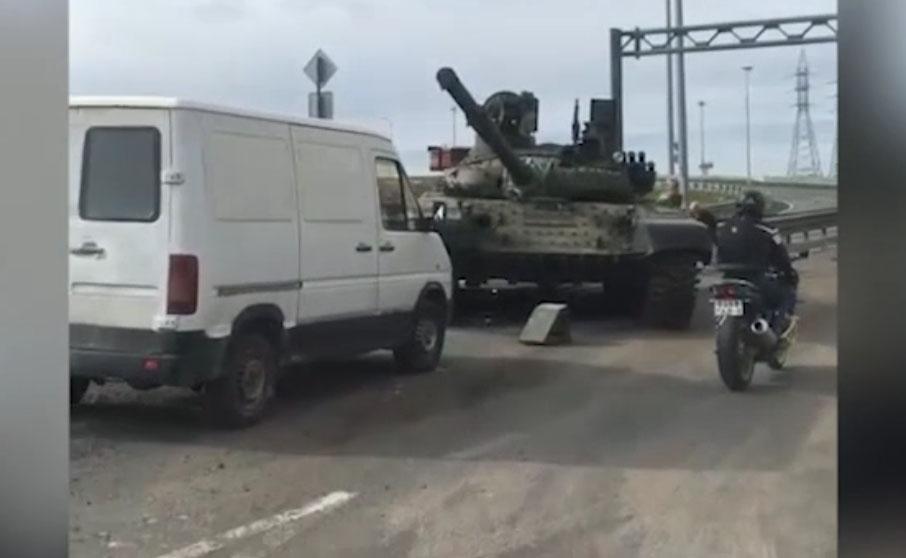 На трассе в РФ с платформы трала уронили боевой танк. ВИДЕО